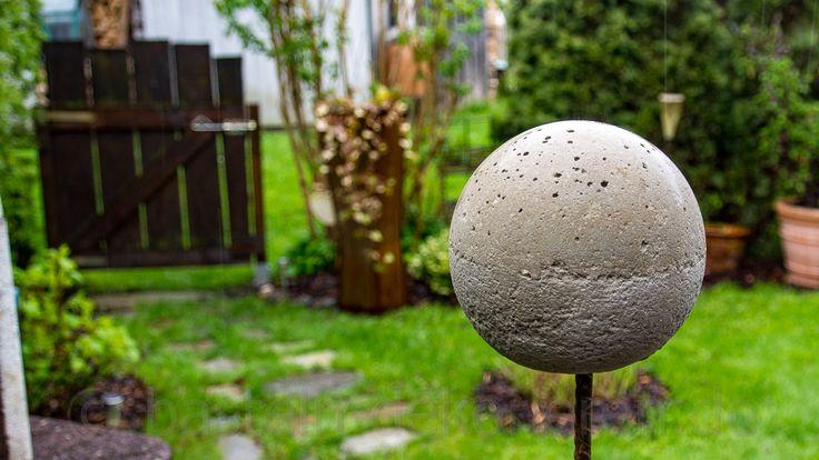 Bastelanleitung für eine selbst gemachte Betonkugel auf einer Eisenstange. Eine einfache DIY Rosenkugel aus Beton als Frühlingsdekoration für den Garten.