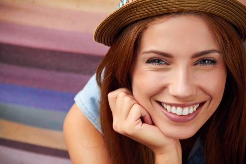 Wenn wir eine Gruppe beobachten, fallen uns jene in der Masse mehr auf, die ihre Zähne zeigen. Forscher nennen das den Gesicht-in-der-Masse-Effekt...