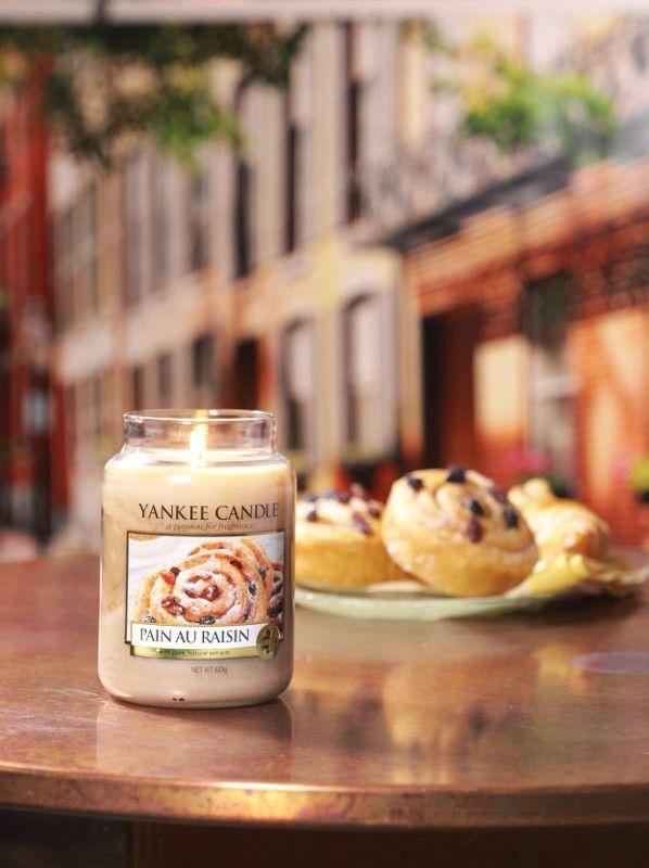 Pain au Raisin från Yankee Candles serie Café Culture. Doften av cognacindränkta russin, bakade i smörig vanilj deg och pudrade med kanel. #YankeeCandle #PainauRaisin Bildkälla:The Yankee Candle Company