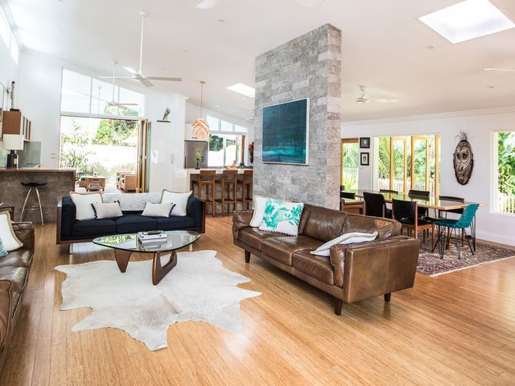 [ PINEAPPLE PETE'S BEACH HOUSE, a Port Douglas House | Stayz looks good. 450.$ Residential though but walking distance. Park close in front walk to beach  Creek runs alongside?