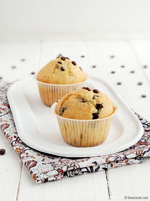 Маффины - один из самых простых и удобных видов выпечки. Предлагаю вашему вниманию легкий и быстрый рецепт приготовления маффинов с шоколадными каплями.