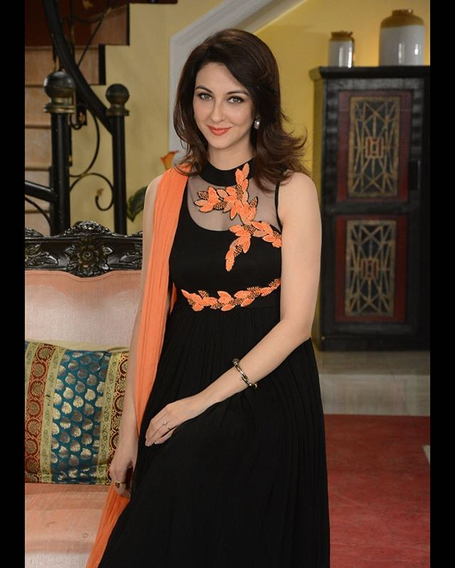 Saumya Tandon wearing black Anarkali with orange cut work embroidery in Bhabhiji Ghar Pe Hai!  #labelanishashetty #anishashetty #saumyatandon #anarkali #blackanarkali #coral #bgph #orange #black #picoftheday #&Tv #indowestern #designerwear