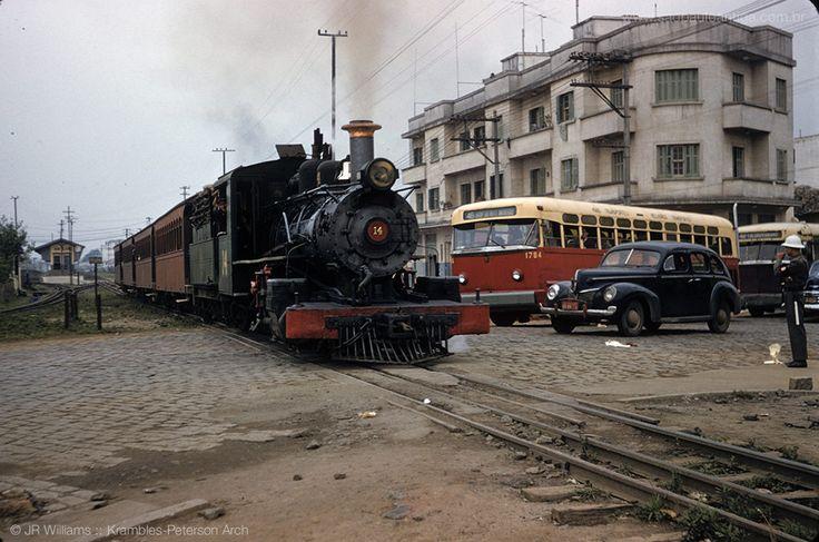 Esquina da av. Cruzeiro do Sul com a av. Ataliba Leonel em 1957? O trem da Cantareira, vindo do centro da cidade, acaba de deixar a estacao Areial, visivel ao fundo na parte esquerda da foto http://www.saopauloantiga.com.br/avenida-cruzeiro-do-sul-1957-2016/