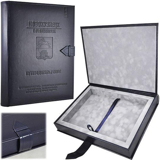 Футляр в виде книги под эксклюзивное издание с хлястик-замком. Из кожзаменителя, блинтовое тиснение, флокированный ложемент