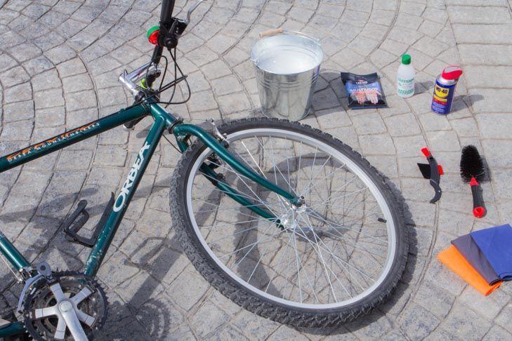 Aprende paso a paso a poner a punto tu bicicleta con WD 40 multiuso: te enseñamos a limpiar, a desengrasar y a lubricar la cadena,