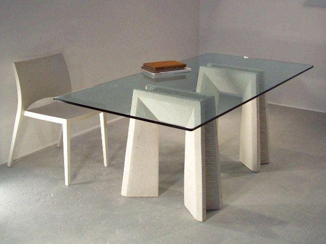 Tavolo Riflesso, tavolo da sala in cristallo con basamento in pietra scolpita, lavorazione artistica 100% made in Italy