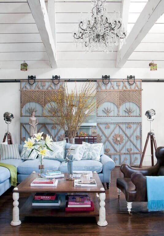 In eine bemerkenswerte Abkehr von den typischen Stil Schiebetüren Scheune zugeordnet dieses Haus in einem schönen Hellblau und verziert mit leichten Holz Formen und Muster.