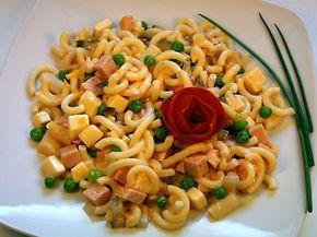 Omas geheimer Nudelsalat mit Mandarinen: Für diesen Nudelsalat eignen sich am besten Gabelspaghetti. Die Nudeln in reichlich Salzwasser 7 - 8 Minu ...