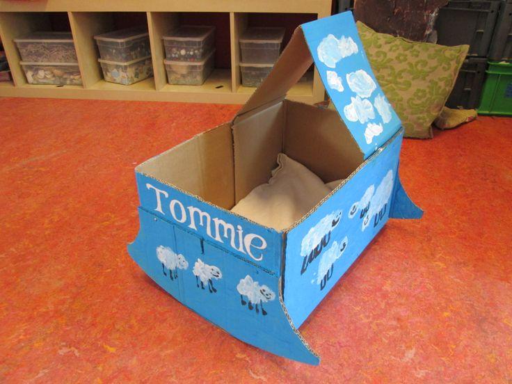 We hebben een wiegje geknutseld van een kartonnen doos voor onze klasbaby Tommie. Nutsschool Maastricht