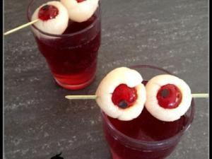 Cocktail Halloween : sang de crapauds et oeil ensanglanté - par GOURMANDISTA