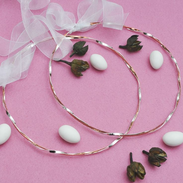 Χειροποίητα μοναδικά ασημένια στέφανα σχέδιο Καλυψώ. Τα στέφανα αποτελούνται από μία ασημένια βέργα 925 στριφτή γυαλιστερή πλεγμένη με μία σφυρήλατη ροζ χρυσό 925.