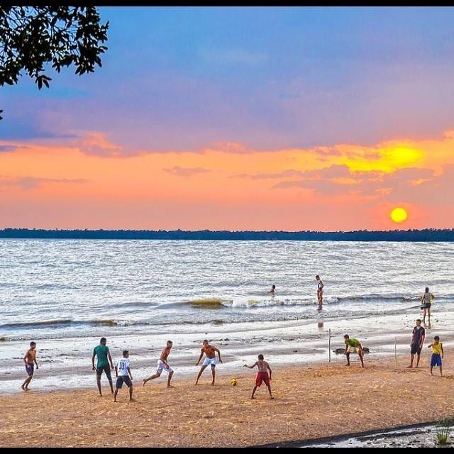 Tarde de sol para uma partida de futebol na praia de Icoaraci, em Belém (PA). Foto: @marcos_rodrigues