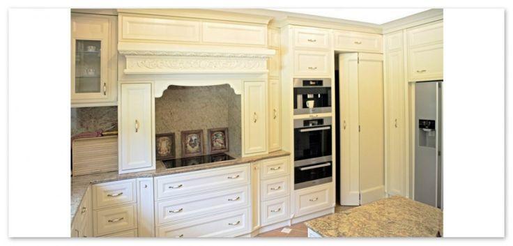 Kremowe meble kuchenne drewniane. Meble  zostały wykonane z drewna olchowego. Dekoracją samą w sobie są zacięcia opasek szafkowych i odpowiedni dobór uchwytów.  Jedynym elementem mocno rzeźbionym w tej kuchni z drewna jest gzyms okalający kuchenkę || Wooden, alder furnitures, bands and handles, elegant, handmade dripstone