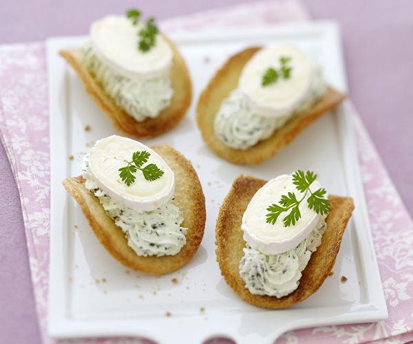 Voici une recette crousti-fondantes de tuiles de pain de mie à la chantilly verte et au Caprice des Dieux.