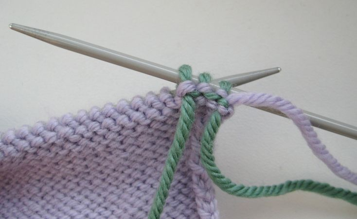 knitting for beginners.... Changing colours to knit stripes tutorial Not sure if this link works...