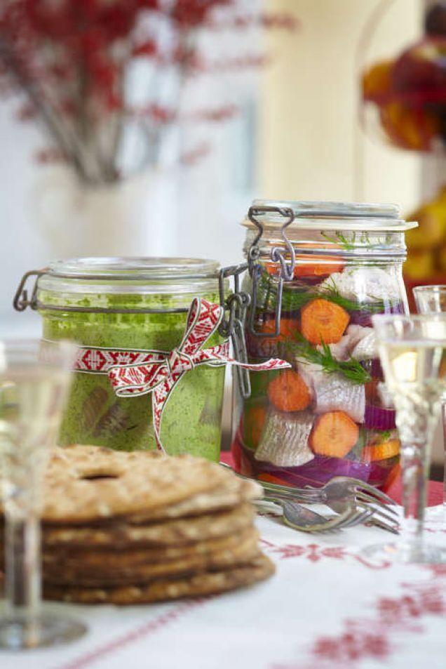 Klassisk inlagd sill passar perfekt till midsommar, påsk, buffé och julbord. Ett enkelt och lättlagat recept som är lätt att variera.