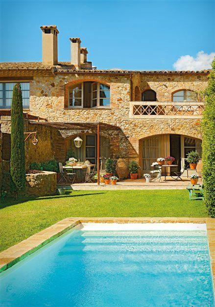 Jardín de la casa con la piscina y el porche