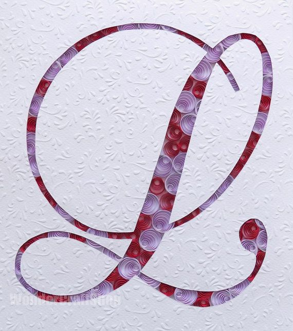 Le prix est pour un papier piquants lettre L dans un cadre pour la décoration. La lettre est dans les couleurs violet et rouge, sauf indication contraire. La couche supérieure est un dessin floral blanc, en relief.  CE QUI EST LE QUILLING ?  Cet article est 100 % fait à la main en utilisant une technique dite de quilling, où fines bandes de papier sont roulées à la main, en forme et collées pour créer des motifs décoratifs. Le papier quilling est large de 3mm (⅛ ʺ). Chaque élément est collé…