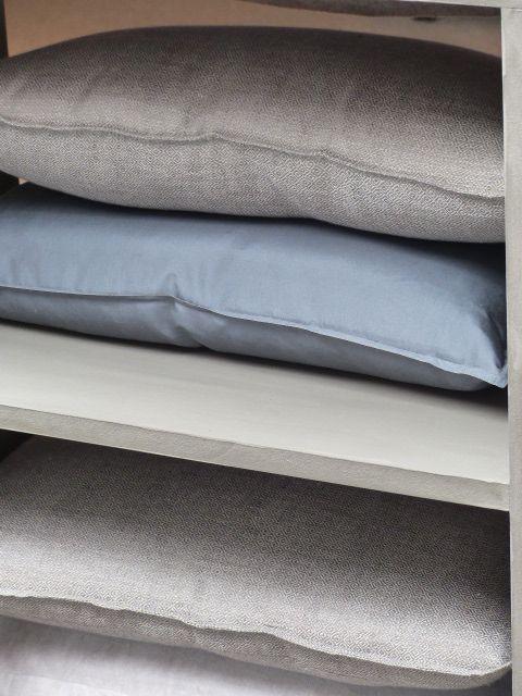 Kussen opstapelen en in een kast leggen als decoratie. Gebruik verschillende kleuren dat brengt sfeer.