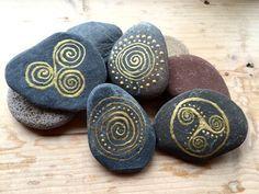 Peint à la main celtiques or pierres, pierres celtiques, le cetic dessins sur les pierres, les faveurs de mariage irlandais, les faveurs de mariage celtique, spirales celtiques