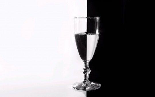Copa de Agua en Blanco y Negro