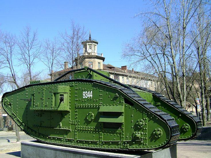 Луганск. Трофейные английские танки