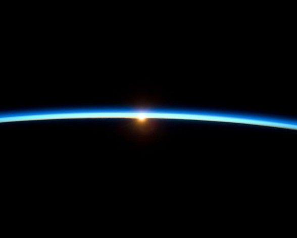 El horizonte de la Tierra desde el espacio: Así ven el atardecer los miembros de la Estación Espacial Internacional. La superficie de la Tierra, el espacio exterior, la fina capa de la atmósfera y el brillante sol se perfilan perfectamente en esta fantástica fotografía. La imagen fue tomada por la tripulación mientras el transbordador espacial Atlantis, de la misión STS-129 se anclaba a la ISS.