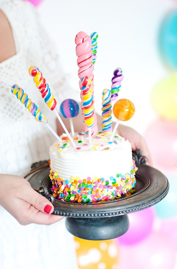 Torta de cumpleaños decorada con chupetes de caramelos artesanales. #Postres