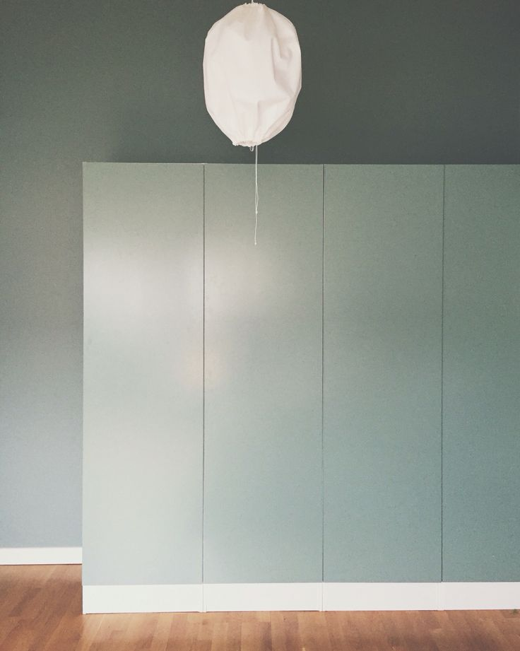 Garderobsdörrar & väggar målade i Castle Gray från Farrow & Ball.  @missionshus