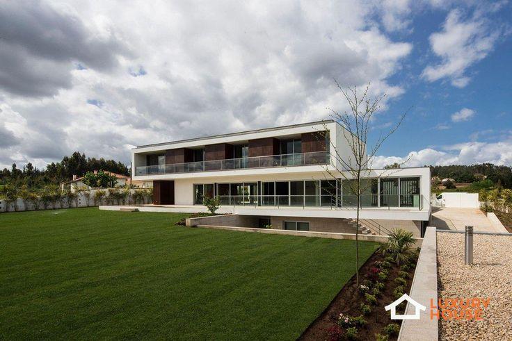 Современная вилла в Португалии http://luxury-house.org/sovremennaya-villa-v-portugalii/  Дизайнеры компании Lopes da Costa в 2014 году завершили работу над частной резиденцией P.L. House, расположенной в Анадии, Португалия. Проект состоит из двух конструкций: одноэтажной и трёхэтажной, которая слегка повернута к первой. На северной стороне строения в холле, соединяющим обе части дома, расположен вход в резиденцию, а на южной стороне между конструкциями находится задний двор. Нижнюю часть…