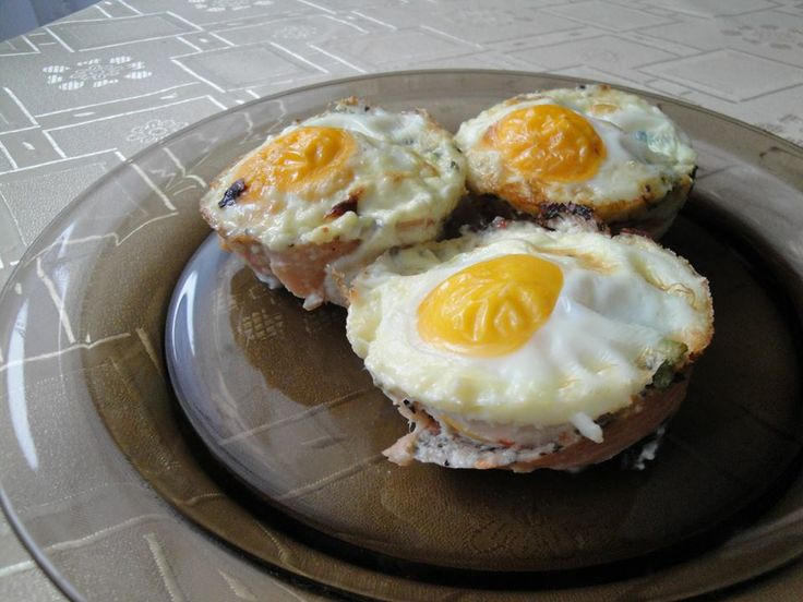 Jak można nazwać to danie? Babeczki jajeczne! :) Tak najprościej słowami opisać zapiekane bułeczki z jajkiem. Propozycja na niedzielne śniadanie! :)