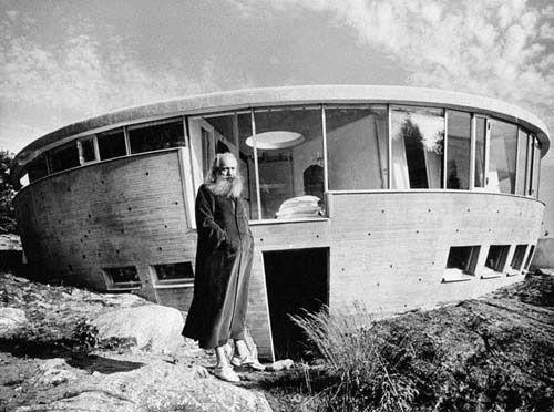 """Villa Spies - Staffan Berglund arkitekten Villa Spies (även kallad Villa Fjolle, den """"tokiga villan"""") är en villa på ön Torö utanför Nynäshamn i Stockholms södra skärgård som byggdes 1969 för den danske affärsmannen Simon Spies. Byggnaden med sin futuristiska stil ritades av arkitekten Staffan Berglund."""