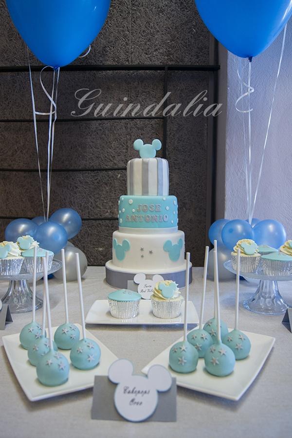 Mesa dulce con detalles de mickey en tonos azul y plata for Como decorar mesa de postres para baby shower