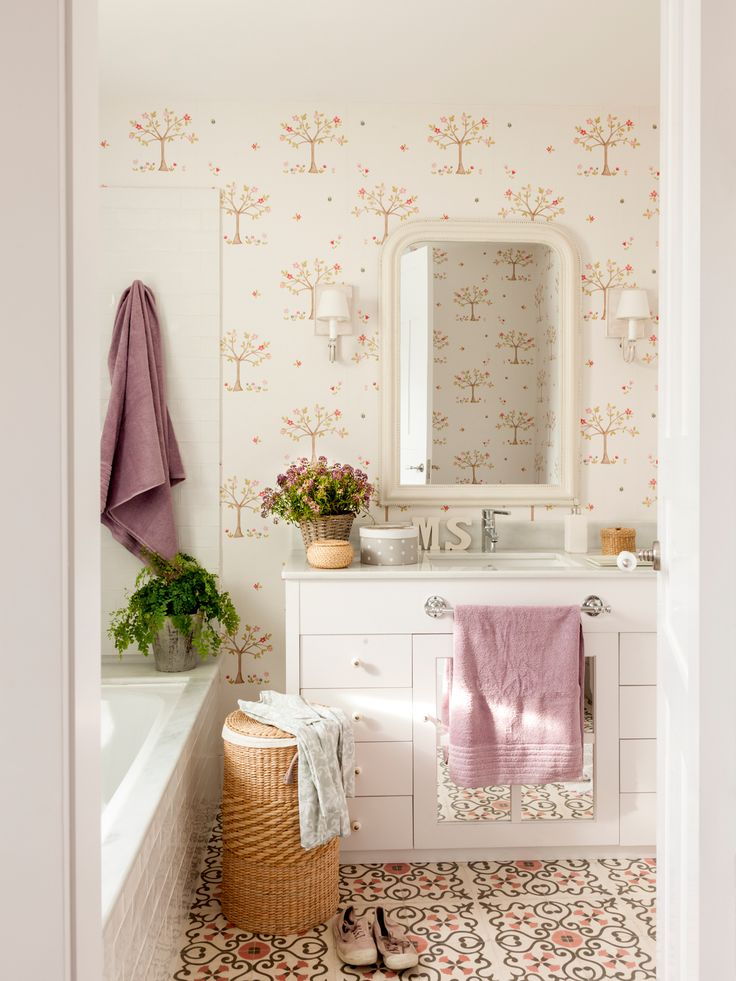 Baño con papel pintado, mueble bajolavabo en blanco y apliques de tela (00435538)