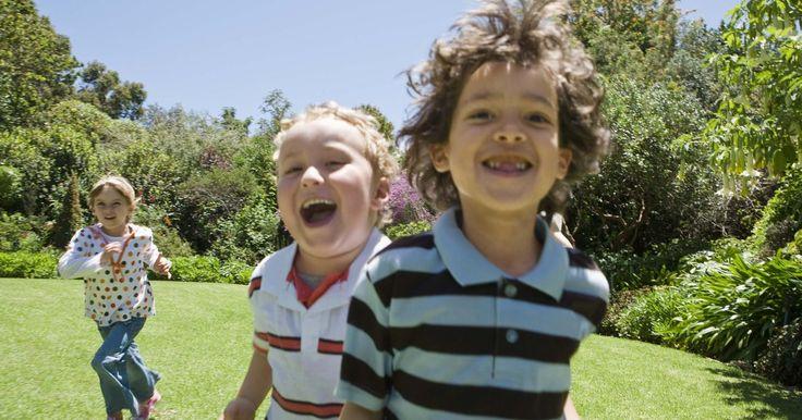 Juegos de carrera de relevos en el patio interior. Las carreras de relevos fomentan la actividad física en todas las edades: desde niños preescolares hasta los adultos. Hacerlas en el patio interno de la casa mantendrá divertidos a los niños y es una buena idea para las fiestas de cumpleaños u otras reuniones. La idea básica es dividir a los niños en equipos. Los jugadores de cada equipo se turnan ...