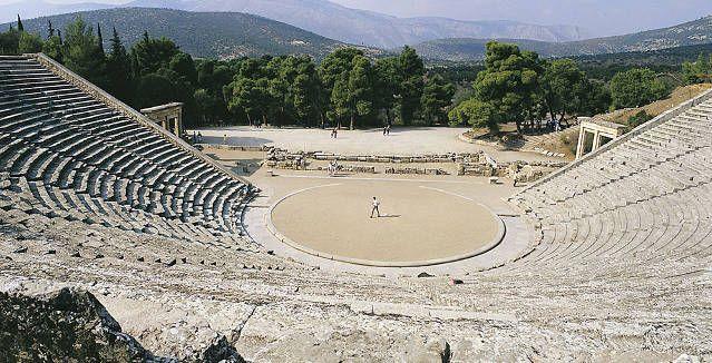 Οι σκηνοθέτες Γιάννης Κακλέας, Θωμάς Μοσχόπουλος, Σύλβια Λιούλιου και Κώστας Φιλίππογλου κάνουν ένα μικρό διάλειμμα από τις πρόβες των παραστάσεων τους και μοιράζονται μαζί με τη Νίκη Ξένου την πιο έντονη ανάμνησή τους από τo αρχαίο Θέατρο της Επιδαύρου.