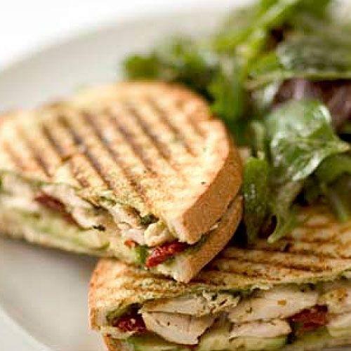 Sandwich panini au poulet  Besoin de préparer très rapidement un dîner? Ces sandwiches chauds ne sont pas seulement faciles à préparer, mais deviendront aussi un repas préféré de la famille.
