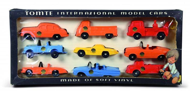 Tomtebilder i originaleske. 9 biler i serien 1:43 i 2 varianter i modeller og farge.
