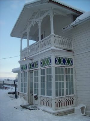 Beautiful porch in the snow Source: http://minlillaveranda.blogspot.com