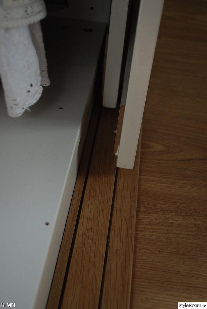 walk in closet,garderob,svart och vitt,rött,röd,målat,glas dörr,hemma gjord,ljusramp,marimekko,marimekko tyg,randig,ränder,randig vägg,randig tapet,sovrumsväggen,sovrum,sovplats