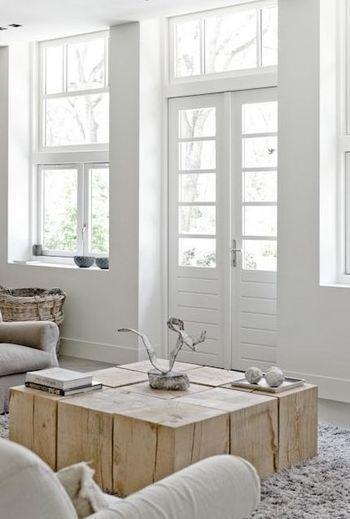 存在感抜群の木のローテーブル。 壁やドアの白さも相まって、インテリアの中心としてしっかりと佇んでいます。