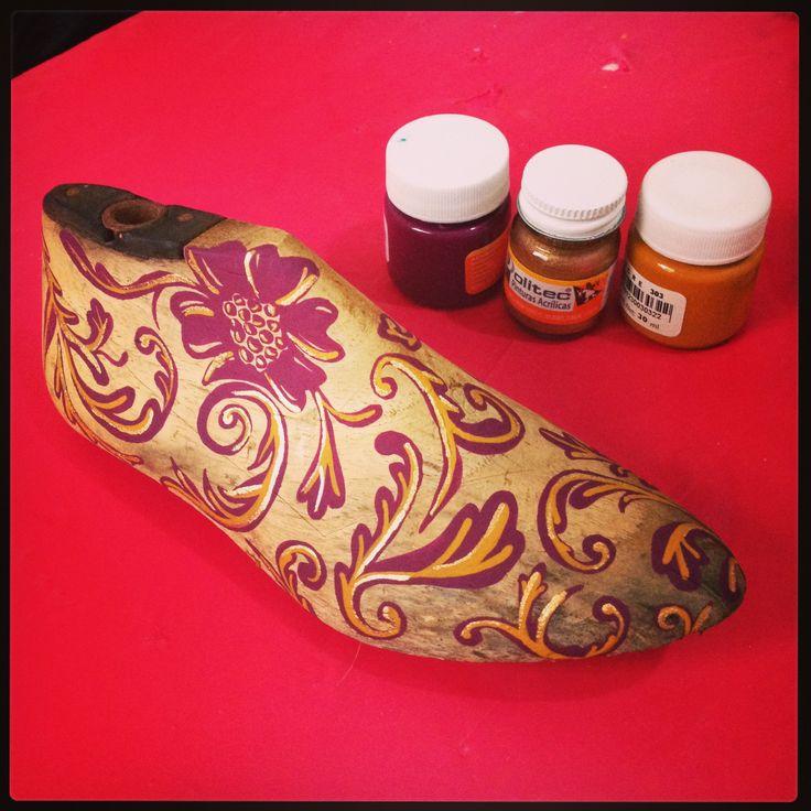 shoe tree, horma de zapato, decorada con pintura acrilica.