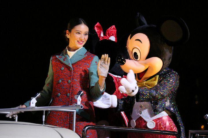 武井咲:ダッフィーと「ペアルック」衣装でTDS貸し切りイベントに登場 - 写真特集 - MANTANWEB(まんたんウェブ)