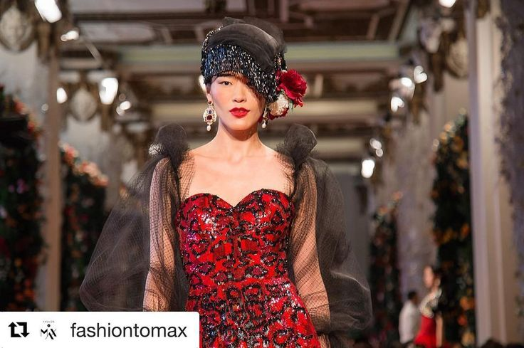 #Repost @fashiontomax  Red is the symbol of luck and prosperity in the Chinese culture. @dolcegabbana Alta Moda Alta Sartoria fashion show in Hong Kong #DGLovesHongKong. Photo by @gersonlirio x @fashiontomax (FASHIONTOMAX.COM) 红色在中国文化中象征着好运和繁荣。