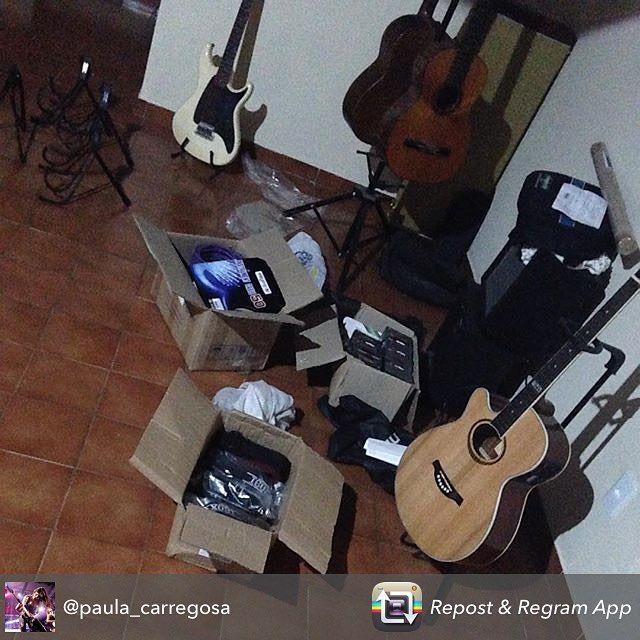 Repost from @paula_carregosa using @RepostRegramApp - Finalmente em casa consegui organizar meus equipos guitarristicos  tá chovendo equipo lindo aqui em casa!! Podem mandar mais caixa com correias caixa com suporte para pendurar guitarras mais suportes ali no fundinho cordas la no fundo. Caixa com os melhores cabos adesivo da pintura da guita em cima do ampliUm imenso obrigada as marcas que me patrocinam @iboxmusical @tiaflex @labellastrings @tagimaoficial @customguitarwear amo e confio…
