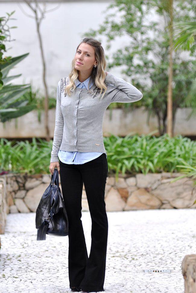 Calça preta + camisa azul + cardigã cinza