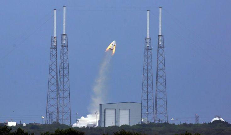Ensayo de la cápsula Dragon de la empresa SpaceX para probar el nuevo sistema de escape de los astronautas, en la base de Cabo Cañaveral, Florida.  RED HUBER/ORLANDO SENTINEL (AP). Las imágenes del día 06/05/2015 | Fotografía | EL PAÍS