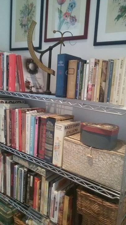 Paola Francesca ha un angolino tutto suo, dedicato ai libri di cucina: ne ha tantissimi! Tra questi spicca, nello scaffale più alto della libreria, un certo volume di mia conoscenza: ha in copertina una ghirlanda inconfondibile... ed è accanto al suo predecessore! #finalmentenatale #quifragoleamerenda #cookbooks