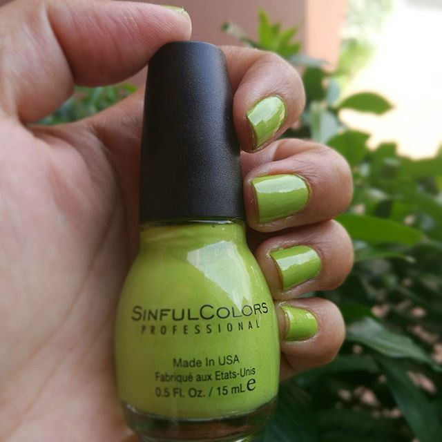 No tienen idea como amo este color @sinfulcolors_official, lo pueden encontrar en @walmartelsalvador , que mejor que compartirlo en el día internacional del esmalte de uñas! 😄@influenster  .  .  #elblogdelameli #nationalnailpolishday #nails #nailpolish #sinfulcolors #curryup #green #lifestyleblogger #lifestyle #influencer #influenster #newbieswhoblog #latinasbloggers #elsalvador #makeup #makeupelsalvador