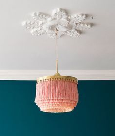 Onverwachte kleurencombinaties // dark teal walls and whimsical pink and gold light fixture